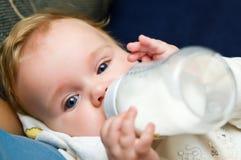 Bebê que come do frasco Foto de Stock Royalty Free