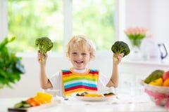 Beb? que come verduras Comida s?lida para el ni?o fotos de archivo libres de regalías