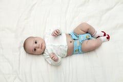 Bebê que encontra-se sobre para trás Fotos de Stock Royalty Free