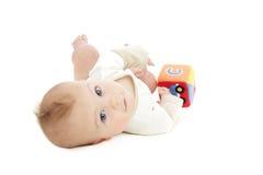 Bebé que juega con el bloque Fotos de archivo