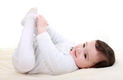 Bebé que juega con sus pies Fotos de archivo