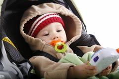 Bebé que juega en asiento de coche Imagenes de archivo