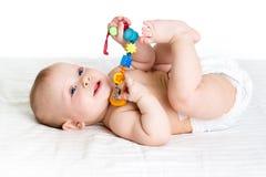 Bebé que miente encendido detrás Foto de archivo libre de regalías