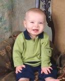 Bebê que senta-se na cadeira antiga Fotografia de Stock Royalty Free