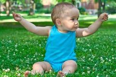 Bebé que sostiene una flor Imagen de archivo