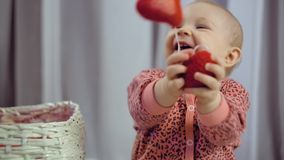 Beb? rec?m-nascido feliz que sorri e que joga com cora??o video estoque