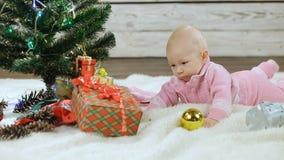 Beb? reci?n nacido que explora el ?rbol de navidad almacen de video