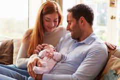Bebé recién nacido de At Home With de la madre y del padre Imágenes de archivo libres de regalías