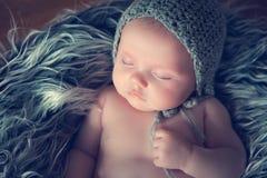 Bebé recién nacido durmiente Imagenes de archivo