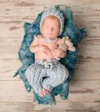 Bebé recién nacido hermoso que duerme en la manta de lana Imágenes de archivo libres de regalías