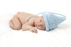 Bebé recién nacido lindo en el gnomo del casquillo Foto de archivo