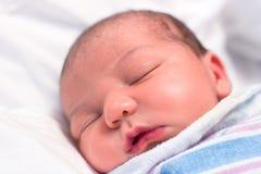 Bebé recién nacido que duerme en hospital Fotografía de archivo libre de regalías