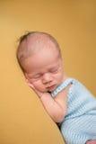Bebé recién nacido que duerme en la manta Imagen de archivo
