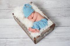 Pijamas que llevan del bebé recién nacido el dormir Imágenes de archivo libres de regalías