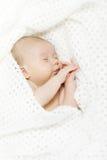 Bebê recém-nascido de sono coberto com o cobertor branco Fotos de Stock Royalty Free