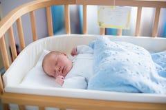 Bebê recém-nascido no berço do hospital Fotografia de Stock Royalty Free