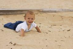 Bebé sonriente en la playa Imagenes de archivo