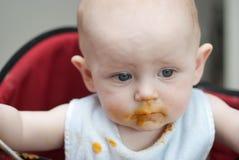 Bebé sucio después de comer Imagen de archivo