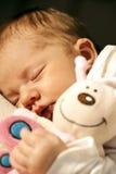 Bebé y animal relleno Foto de archivo