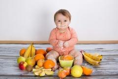 Bebé y frutas sonrientes Foto de archivo