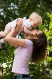 Bebé y madre asombrosos Imagen de archivo libre de regalías