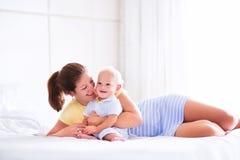 Bebé y madre en cama Imagen de archivo libre de regalías