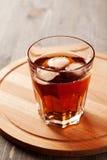Beba com gelo no vidro na placa de madeira Foto de Stock