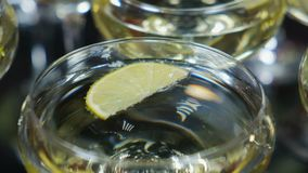 Beba con la cal y la menta en un vidrio del champán metrajes