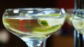 Beba con la cal y la menta en un vidrio del champán almacen de metraje de vídeo