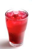 Beba con los cubos y las cerezas de hielo en el fondo blanco Imagen de archivo