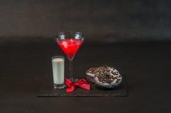 Beba cosmopolita um vidro de martini decorou com uma curva vermelha w Fotos de Stock