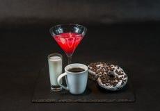 Beba cosmopolita um vidro de martini decorou com uma curva vermelha w Imagem de Stock