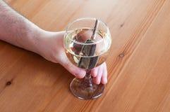 Beba e conduza o close up do conceito da parada da chave do carro do vidro de vinho branco imagem de stock