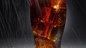 Beba en un vidrio con descensos del hielo y del goteo del agua Fondo negro almacen de metraje de vídeo