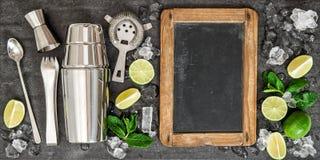 Beba la fabricación del texto de la receta de la pizarra del cóctel de los ingredientes de las herramientas Imagen de archivo libre de regalías