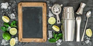 Beba la fabricación del texto de la receta de la pizarra del cóctel de los ingredientes de las herramientas Imagen de archivo