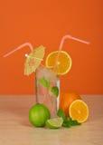 Beba no vidro com palha, seja guarda-chuva decorado Foto de Stock