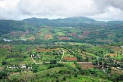 Bebautes Land auf dem Berg mit bewölktem Himmel in der Regenzeit Stockfotografie