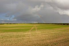 Bebautes Land mit Regenbogen Stockfotos