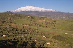 Bebautes Land und der Vulkan Ätna Stockbild