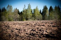 Bebautes landwirtschaftliches Feld, Frühlingsvorarbeit für das Säen und Pflanzen Stockfotos