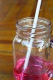 Bebe el jarabe de fresa Imagen de archivo