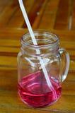 Bebe el jarabe de fresa Fotografía de archivo