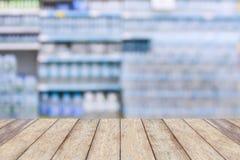 Bebe o produto das garrafas de água em prateleiras no supermercado Fotografia de Stock Royalty Free