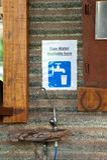 Bebedoiro automático da água ou torneira e sinal foto de stock