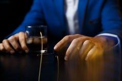 Bebendo e conduzindo o conceito Chave em uma tabela de madeira, bar do carro fotos de stock royalty free