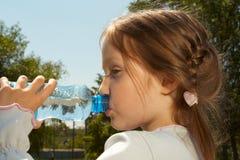 Bebendo uma água imagens de stock