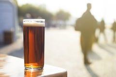 Bebendo uma cerveja velha do ` de Altbier do ` no alemão na cidade velha do ` s de Dusseldorf, Alemanha Imagem de Stock