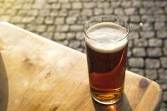 Bebendo uma cerveja velha do ` de Altbier do ` no alemão na cidade velha do ` s de Dusseldorf, Alemanha Foto de Stock Royalty Free