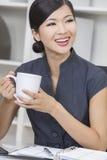 Beber asiático chinês da mulher de negócios da mulher Imagem de Stock